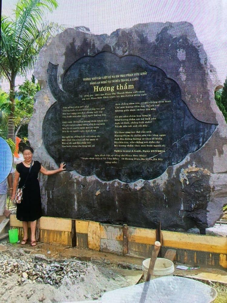 Bia mộ đá tưởng nhớ liệt sĩ Phan Hữu Khải tại nghĩa trang A Lưới