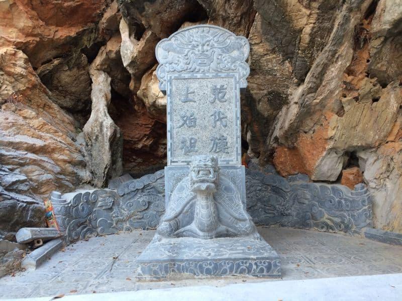 Bia rùa đá tại lăng mộ Thần Hoàng Tổ Họ Phạm an vị trên núi Phượng Hoàng