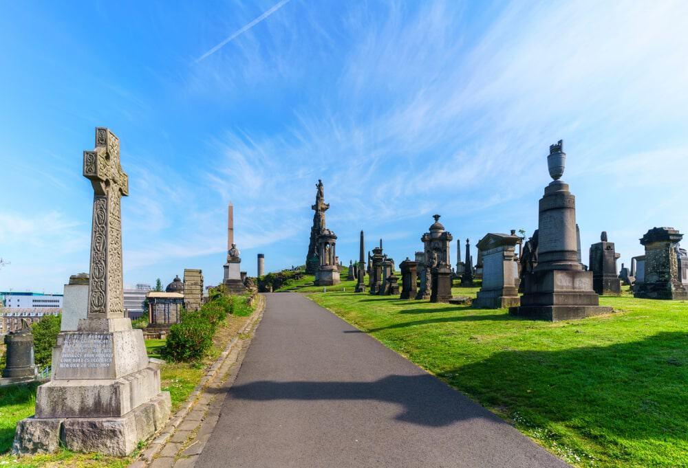 Những ngôi mộ đá nằm phía trên thảm cỏ xanh mướt tại nghĩa trang Glasgow Necropolis