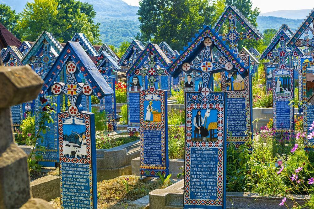 Hình ảnh những ngôi mộ đầy màu sắc tại nghĩa trang Merry, Rumani